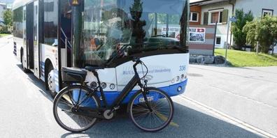 Der Bikefahrer wurde vom Rettungsdienst ins Spital gebracht.