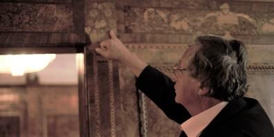 Ruedi Schär zeigt die Intarsien im Baronenhaus
