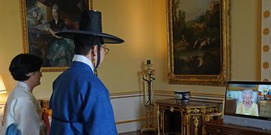 Gunn Kim (M), Botschafter von Südkorea in Großbritannien, nimmt an einer virtuellen Audienz mit Königin Elizabeth II. teil. Nach einer ärztlich angeordneten Ruhepause gab die 95-jährige Monarchin wieder Audienzen. Foto: Victoria Jones/PA Wire/dpa