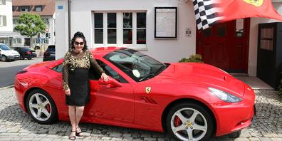 Sie liebt die Extreme: Zu Elviras 75. Geburtstag standen in Altendorf 35 Ferraris Spalier.