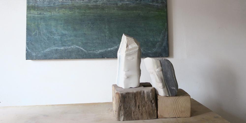 In Bäch sind Skulpturen und Gemälde von Jeannine Lippuner zu besichtigen.