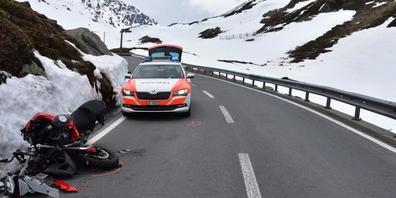 Auf der Flüelapass-Südseite kam es am Samstag zu einem Verkehrsunfall zwischen einem Motorradfahrer und einem Personenwagen mit Anhänger. Der Motorradfahrer musste mit mittelschweren Verletzungen ins Spital nach Scuol überführt werden.