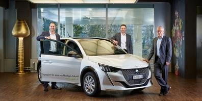 v.l.n.r.: Stefan Schäfer (Geschäftsführer), Michael Koller (Leiter Nachhaltigkeit Immobilien) und Philipp Zünd (Leiter Bereich Immobilien) mit dem neuen E-Automobil der sgpk.