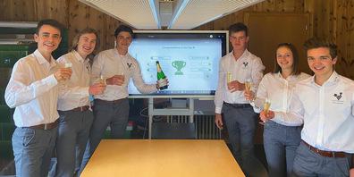 Die Jungunternehmer von CoreCosmetics –Nico Rechsteiner (v. l.), CFO; Tom Ebinger, CMO; Nic Seifert, CEO; Gian-Marco Hagmann, CPO; Sina Bässler, CTO; Dario Jost, CAO – stossen auf den gewonnenen  «Swiss Prime Site Best Marketing & Sales Award» an.