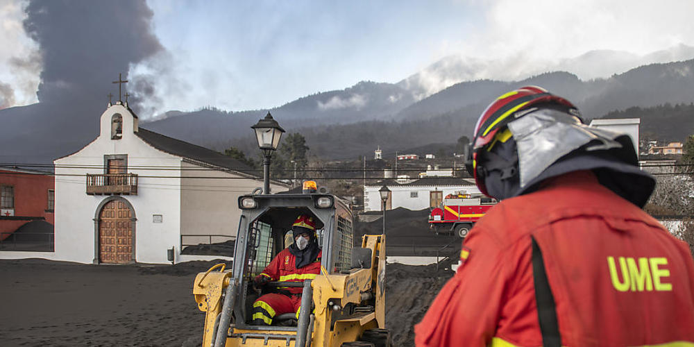 Ein neuer Lavastrom eines ausbrechenden Vulkans drohte auf seinem Weg in den Atlantik ein weiteres Stadtviertel zu verschlingen. Die Inselbehörden haben am Dienstag die Evakuierung von rund 800 Menschen aus einem Teil der Stadt angeordnet, nachdem...