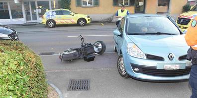 Das am Unfall beteiligte Auto und das Leichtmotorfahrrad.