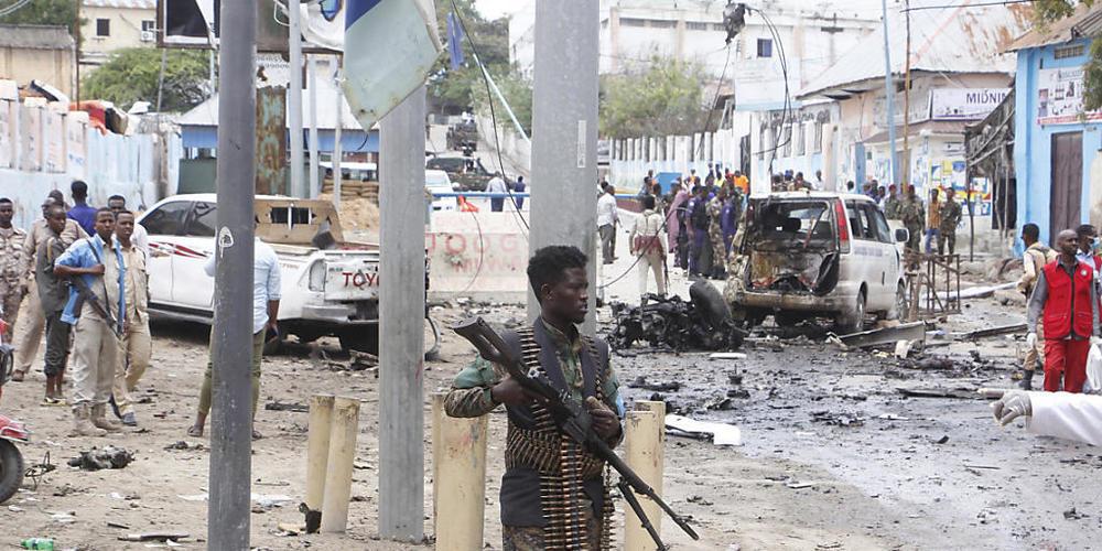 Ein somalischer Soldat steht mit einem Gewehr auf der Straße und sichert das Gebiet nach einem Selbstmordattentat. Bei einem Selbstmordattentat sind in der Hauptstadt des ostafrikanischen Krisenstaates Somalia mindestens 15 Menschen getötet worden...