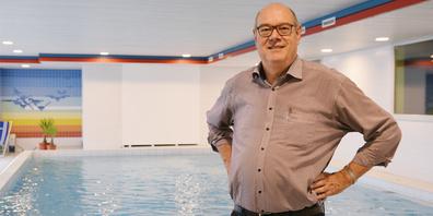 Dank Peter Müller und der Hallenbadgenossenschaft Pany kann im Hauptgebäude der Feriensiedlung Traza wieder geschwommen werden.