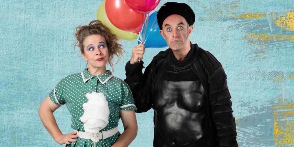 Cécile Steck (l.) und Didi Sommer führen ihr schrullig charmantes Bühnenstück «Zuckerwattenbude» auf.
