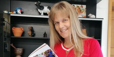 Ashia-Mitgründerin Katja Bruhin hält ihr erstes Buch in den Händen