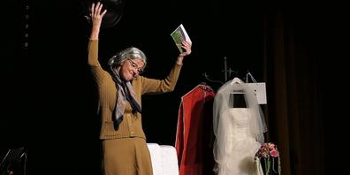 Gabi Fleisch als alte Tante, die die Hochzeit ihres Alter Egos, der Gaszählerableserin  Hertha