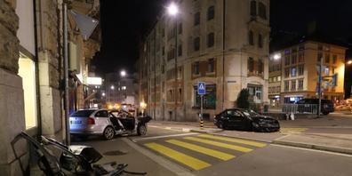 Beim Unfall in der St. Galler Innenstadt am Samstagabend entstand grosser Sachschaden.