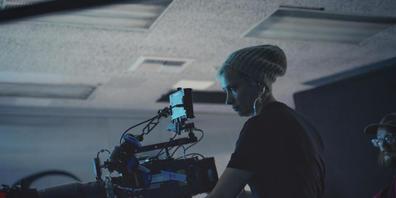 """ARCHIV - Das von Jack Caswell zur Verfügung gestellte Foto zeigt Kamerafrau Halyna Hutchins am Set von """"Archenemy"""" am 17. Dezember 2019. Wie die Polizei am Freitag mitteilte, gebe es zu dem tödlichen Schuss aus der Requisitenwaffe des Schauspieler..."""