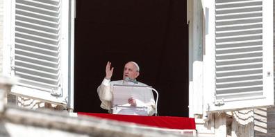 Papst Franziskus steht an einem Fenster, während er das Angelus-Gebet spricht. Der Papst  hat am Sonntag vor zahlreichen Gläubigen und Pilgern auf dem Petersplatz die Länder der Welt zum Handeln in der Migrationskrise in Libyen aufgerufen. Foto: G...