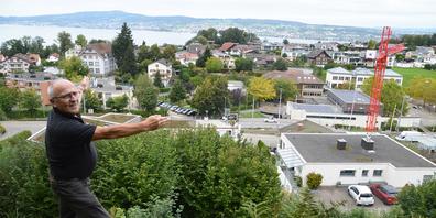 Gleich drei Anlagen strahlen direkt über das Schulhausareal, das ärgert den Anwohner Franz Lienert.