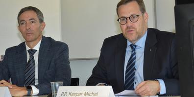Präsentierten gestern in Schwyz das Budget 2022: Finanzdirektor Kaspar Michel (rechts) und Hermann Grab, der Vorsteher des Amts für Finanzen.