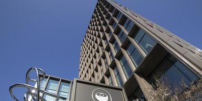 ARCHIV - Außenansicht der Europäischen Arzneimittel-Agentur (EMA) im Geschäftsviertel von Amsterdam. Die EMA hat das Prüfverfahren für ein neues Medikament gegen Covid-19 in Gang gesetzt. Foto: Peter Dejong/AP/dpa