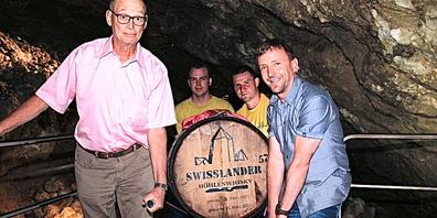 Ein Fass mit Swissländer-Whisky wurde von Vertretern von Sonnenbräu  und der Kristallhöhle eingelagert