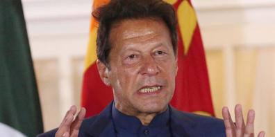ARCHIV - Pakistans Ministerpräsident Imran Khan spricht auf einer Pressekonferenz. Khans Aussagen über den angeblichen Zusammenhang zwischen Frauenkleidung und Vergewaltigungen haben in Pakistan für Entsetzen gesorgt. Foto: Pradeep Dambarage/ZUMA ...