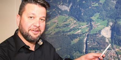 Der Trimmiser Gemeindepräsident Roman Hug erklärt das Sanierungsprojekt der Dorfrüfi.