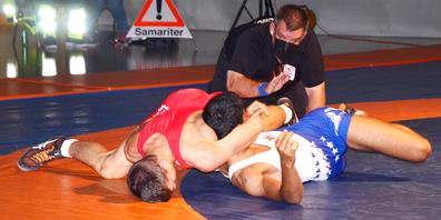 Fritz Reber (rot) gewinnt am Boden gegen Ali Mensari