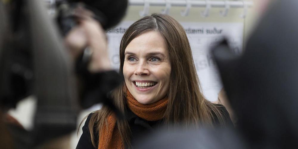 Katrin Jakobsdottir, Ministerpräsidentin von Island, spricht nach ihrer Stimmabgabe bei den Parlamentswahlen mit Journalisten. Einen Tag vor der Bundestagswahl in Deutschland haben die Menschen auf Island damit begonnen, ein neues Parlament zu wäh...
