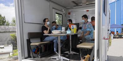 Um weiterhin möglichst viele Personen gegen das Coronavirus impfen zu können, sind mobile Trucks unterwegs. (Symbolbild)