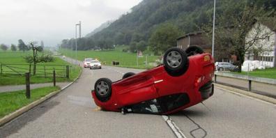 Das Auto des 21-Jährigen kam nach der Kollision auf dem Dach zu liegen.