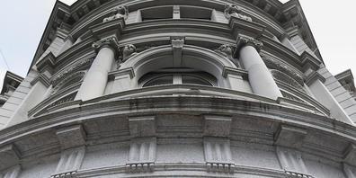 Die Grossbank UBS zieht sich in Spanien aus dem Geschäft mit vermögenden Privatkunden zurück. Sie verkauft die Tochter UBS Gestion an die spanische Singular Bank.(Archivbild)
