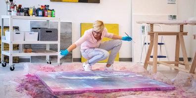 Monika Meier-Roth taucht bei ihrer Arbeit ganz in die Welt des Malens ein.
