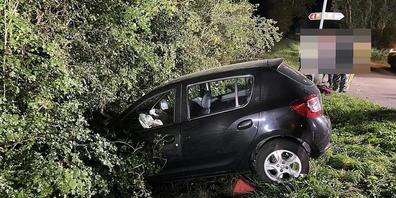 Bei einem Selbstunfall in Oberhallau sind in der Nacht auf Sonntag drei Personen verletzt worden.