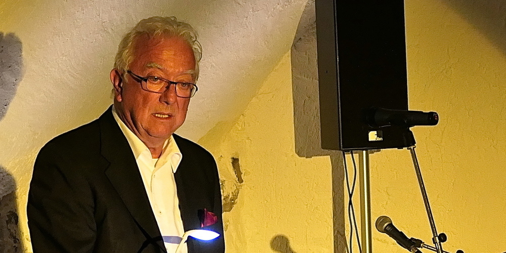 Hans-Peter Enderli fesselt das Publikum mit seinen zum Schmunzeln und Lachen anregenden Lesungen