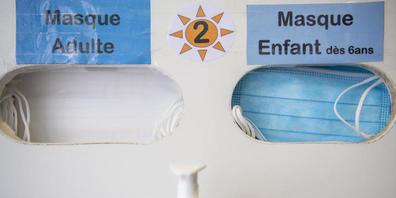 Masken-Automat im Kinderspital Lausanne. Gemäss einer deutschen Familienstudie stecken sich Kinder seltener am Coronavirus an, haben geringere Symptome und nach der Infektion eine stabilere Immunabwehr als Erwachsene. Dennoch: Jedes dritte Kind st...
