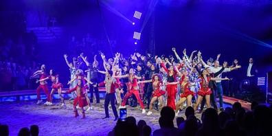 Der Circus Knie bietet ein buntes, atemberaubendes Programm. Sänger Bastian Baker führt musikalisch durch die Show und macht als Artist eine gute Figur.