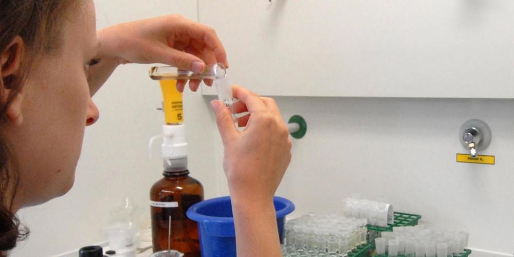 Analyse von Urinproben in einem deutschen Labor. ITA-Experten haben auf der Basis von 25'000 Kontrollempfehlungen potenzielle Olympia-Starter von Tokio getestet. (Themenbild)