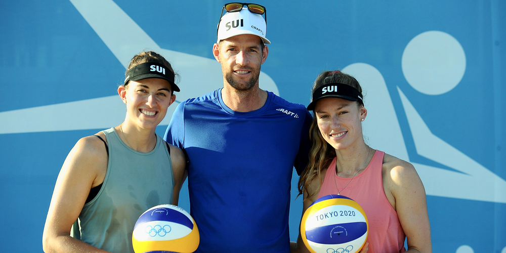 Bereit für das Olympiaturnier: Tanja Hüberli (links) mit Partnerin Nina Betschart und Trainer Christoph Dieckmann.