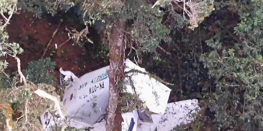HANDOUT - Auf dem von der Nationalen Such- und Rettungsbehörde Indonesiens (BASARNAS) veröffentlichten Foto ist das Wrack eines kleinen Frachtflugzeugs der Rimbun Air von einem Rettungshubschrauber aus in den Bergen nahe Intan Jaya in der indonesi...