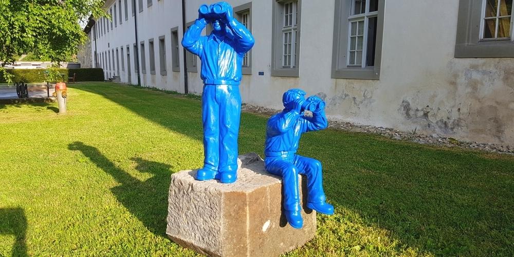 Zwei blaue Weltanschauungsskulpturen stellen eine Verbindung zwischen den involvierten Kulturprojekten her.