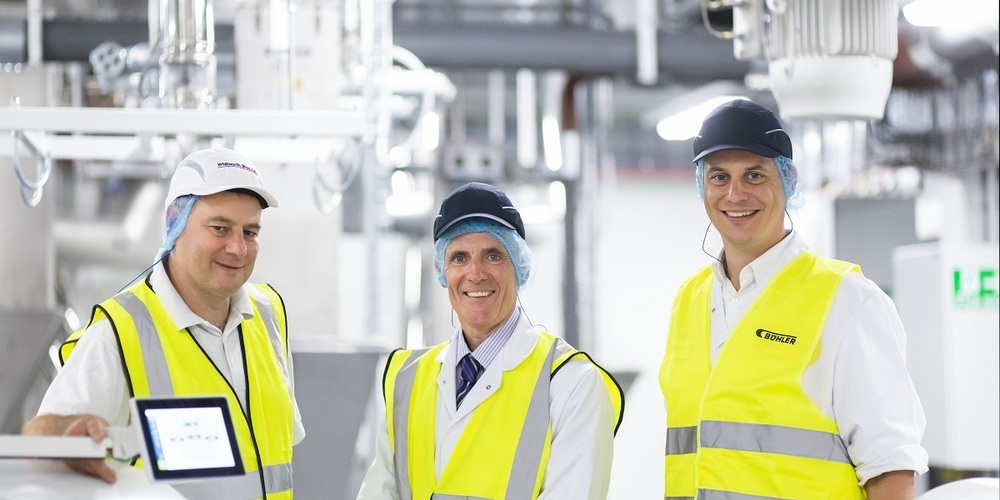 Von links: Andrew Thomson, Technical Miller bei Whitworth Bros. Ltd., Mike Peters, Managing Director von Whitworth Bros. Ltd., und Roman Sonderegger, Head of Business Unit Wheat & Rye bei Bühler.