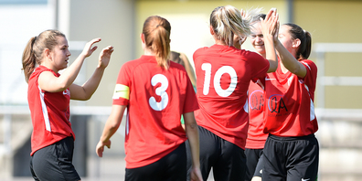 Kein Sieg, aber dennoch ein Punkt: die Spielerinnen des FC Lachen/Altendorf freuen sich.