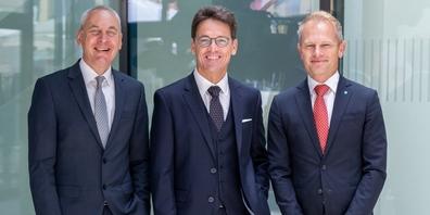 Wilfried Amann, Vorstandsmitglied des Hypo-Vorarlberg-Konzerns (Mitte), der zurücktretende Niederlassungsleiter Dieter Wildauer (links) und sein Nachfolger Walter Ernst (rechts)