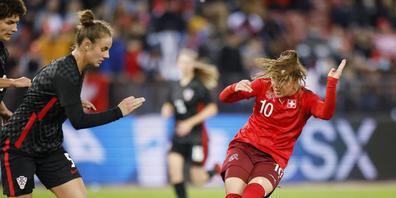 Ramona Bachmann trifft gekonnt zum 3:0 und machte damit den Auftakt zur Schweizer Schlussoffensive
