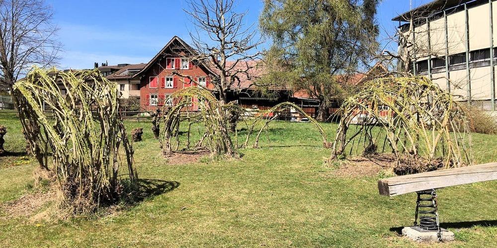 Das Schulhaus Hof (rechts im Bild) und seine naturnahe Umgebung