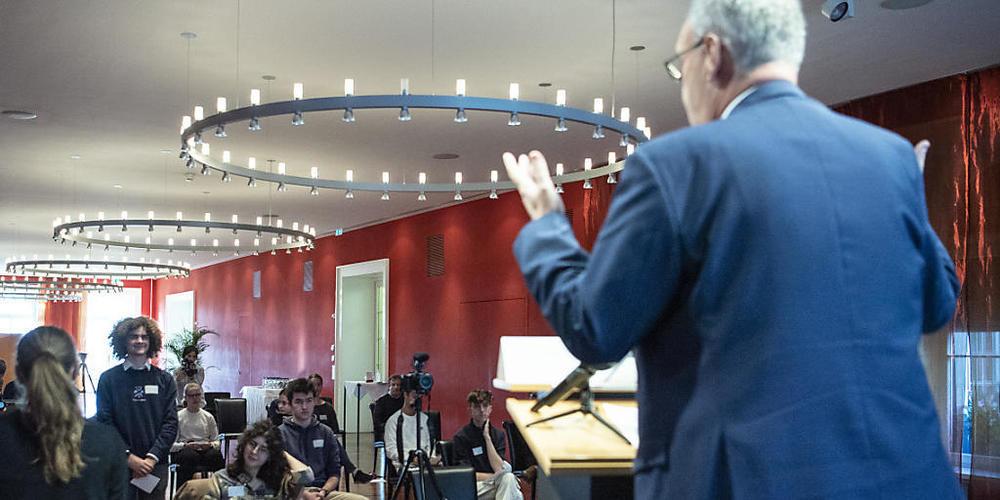Bundespräsident Guy Parmelin beantwortet im Bernerhof in Bern zwölf Fragen von Jugendlichen des Dachverbandes Jugendparlamente Schweiz.