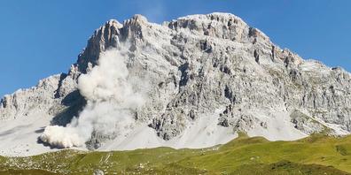 Der Felssturz an der Sulzfluh fotografiert und gefilmt von Hans Gantenbein am Donnerstagnachmittag.