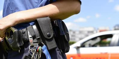 Die Kantonspolizei Zürich hat nach einem Überfall in Dübendorf zwei jugendliche Räuberinnen verhaftet. (Symbolbild)