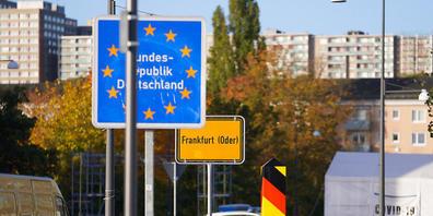 Ein Wagen der Bundespolizei steht an der Grenzbrücke, die von Deutschland nach Polen führt. Deutschlands Innenminister Horst Seehofer hat angesichts der Migration über die Belarus-Route in Aussicht gestellt, «falls notwendig» weitere Beamte der Bu...