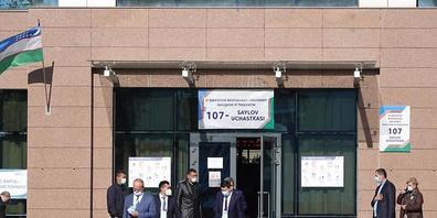 Internationale Wahlbeobachter verlassen das Wahllokal 107 in der usbekischen Hauptstadt Taschenk. Nach fünf Jahren Reformkurs unter Staatschef Schawkat Mirsijojew hat die zentralasiatische Republik Usbekistan eine Präsidentenwahl abgehalten. Foto:...
