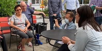 Kantonsrätin Laura Bucher im Gespräch mit Heimbewohnern im Geserhus.