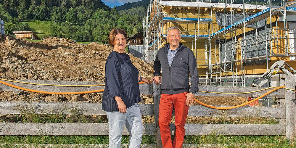Stiftungsrätin Monika Meiler und Heimleiter Jürg Egli werden die Spende nach Ende der laufenden Bauarbeiten für die Neugestaltung von Garten und Spielplatz einsetzen.